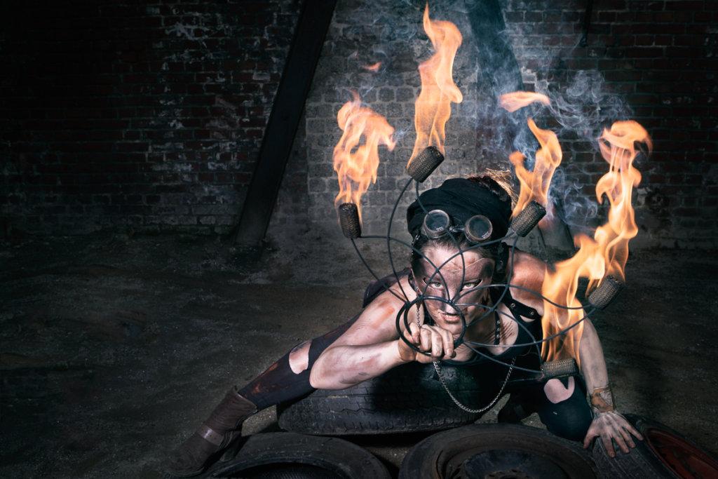 Foiah Charakter mit Feuerfächer Walkact