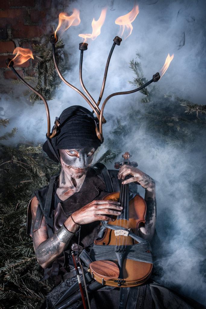 Feuerkünsterlin mit brennender Krone