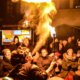 Feuerspucken über den Köpfen des staunenenden Publikums