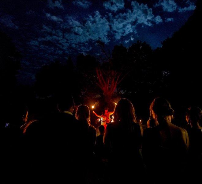 Bilck aus dem Publikum Brautpaar bei Feuershow in Solingen