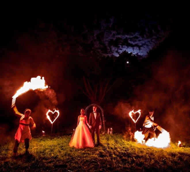 Hochzeitspaar als Fotomotiv Brautpaar bei Feuershow in Solingen
