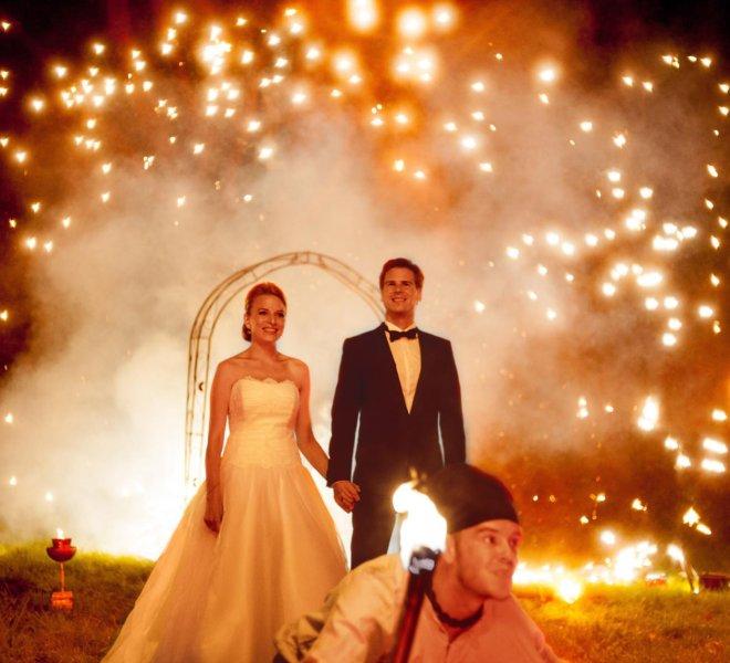 Brautpaar bei Feuershow in Solingen