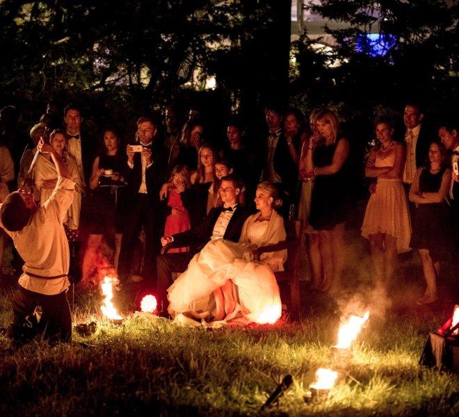 Hochzeitsgesellschaft Brautpaar bei Feuershow in Solingen