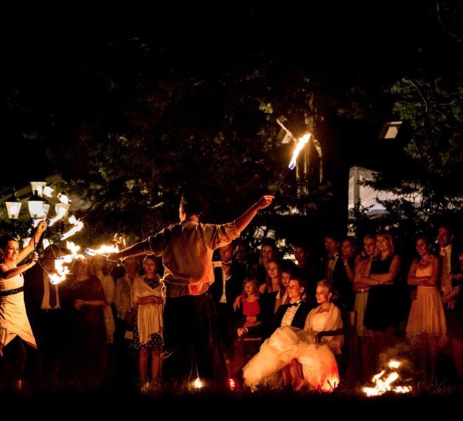 Feuerkünstler vor Brautpaar bei Feuershow in Solingen