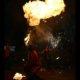 Feuerspcuken in Feuershow bei Wald leuchtet