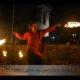 Feuerrkünstler in Feuershow bei Wald leuchtet