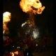 Feuerspuckeflamme in Feuershow bei Wald leuchtet