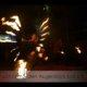 Reisenfeuerfächer in Feuershow bei Wald leuchtet