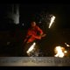 Snke-Poi bei in Feuershow bei Wald leuchtet