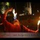 Feuerschlucken in Feuershow bei Wald leuchtet